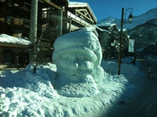 Hôtel Le Paquis : bonhomme de neige à tignes