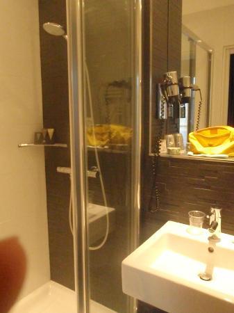 فرست هوتل باريس تور إيفل: La doccia