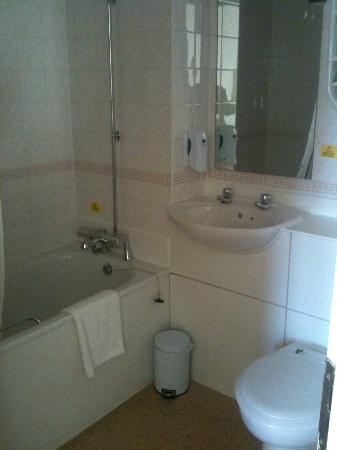 Premier Inn London Tower Bridge Hotel: Clean bathroom