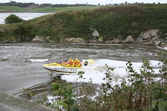Saint John, Canadá: Reversing Falls Jet Boat roars past Middle Island