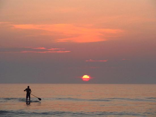 Flagler Beach, Floryda: Paddleboarding is a great way to see the sunrise