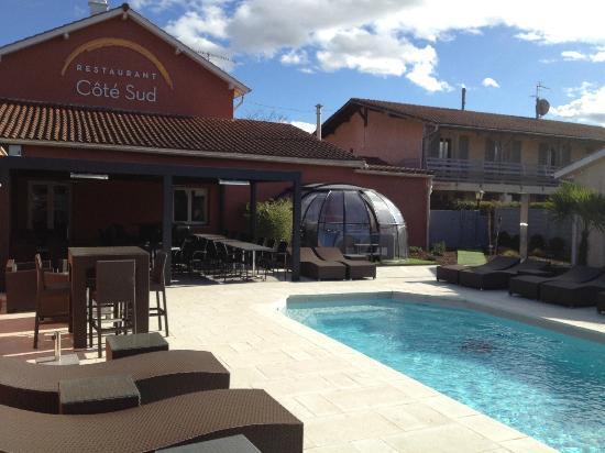 "Les Pierres Dorees: restaurant ""Coté Sud"" , terrasse et piscine"