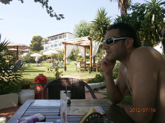 Angeliki Beach Hotel: Bar and the garden and the hotel behind