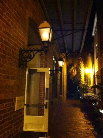 Fulton Lane Inn: entrance to hotel at night