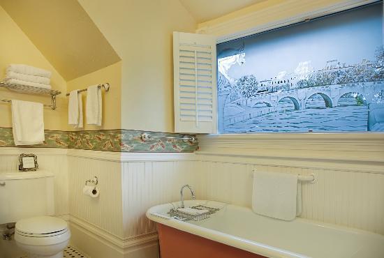 C'est La Vie Inn: Monet bath