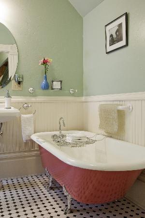 C'est La Vie Inn: Matisse bath