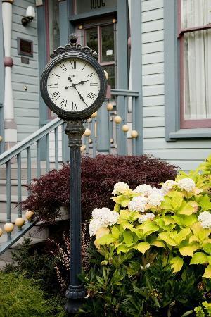 C'est La Vie Inn: Clock