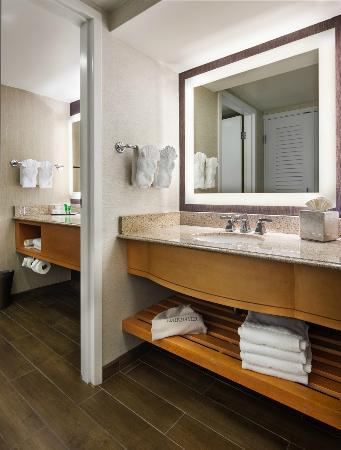 Hilton Marco Island Beach Resort--CLOSED FOR RENOVATIONS; REOPENING DEC. 1, 2017: Guest Bathroom