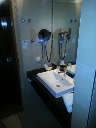 Golden Tulip Olymp Hotel: Bathroom
