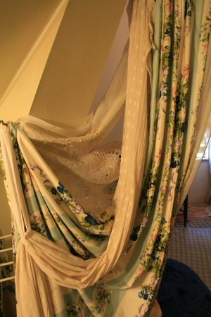 Enchanted Nights B&B: The curtains (really sheets) that drap in the doorway to bed area.