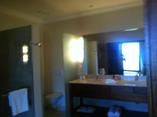 Asara Wine Estate & Hotel: The large bathroom