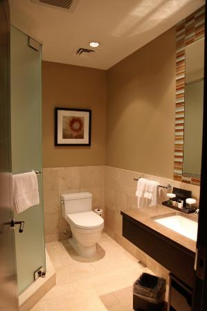 The Pearl Hotel: King Deluxe Room - Bathroom