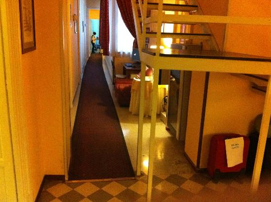 Hotel del Centro: Baggage storage, internet PC and noisy stair directly in front of room