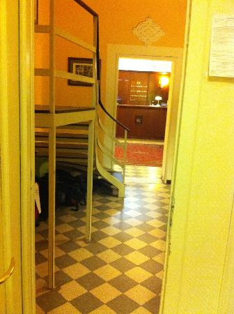 Hotel del Centro: view from room door to reception