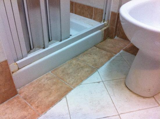Hotel del Centro: Bathroom dirt