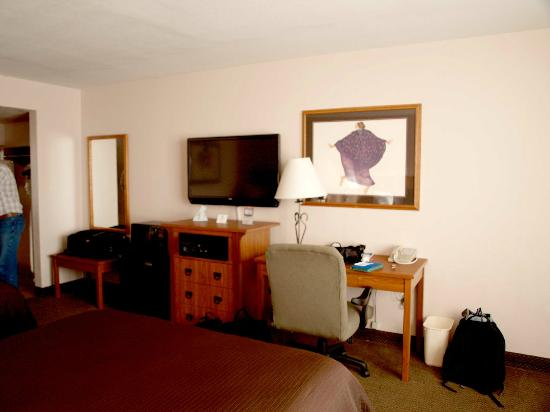 Best Western Plus Saddleback Inn & Conference Center : The usual furniture, everything in good condition.