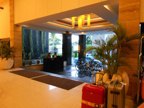 Aston Kuta Hotel & Residence: The lobby looking outside