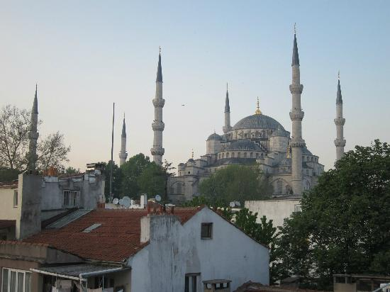 Emine Sultan Hotel: Another view of the Blue Mosque