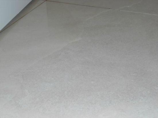 Dazzler Recoleta: Chão do banheiro alagado