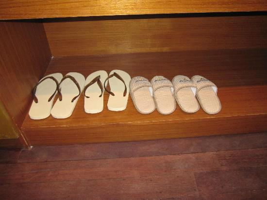 Anantara Dhigu Maldives Resort: Slippers for adults & kids