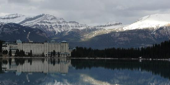 Fairmont Chateau Lake Louise: Hotel Fairmont - Lake Louise (visto à partir do Lago)