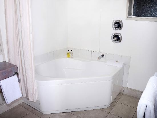 Brougham Heights Motel: spa bath in bathroom