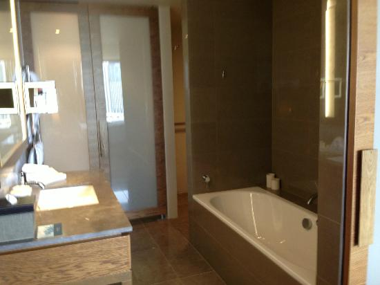 Pan Pacific Melbourne: Bathroom in Executive King Room