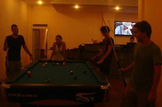 Vientiane Travellers House: Pool table at bar