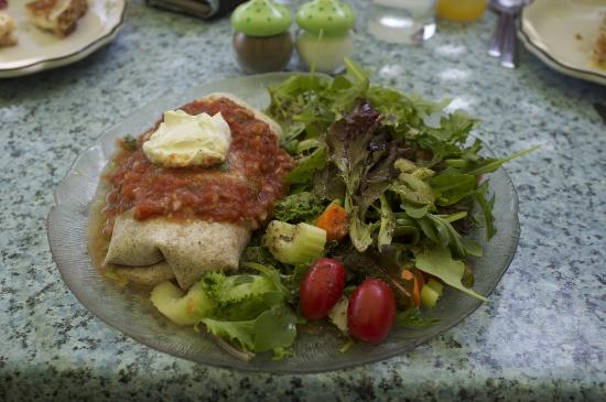 Desert Rose Cafe: Yummy bean burrito with salad