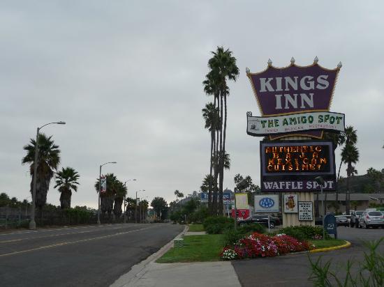 Kings Inn San Diego: Hotel exterior and main road