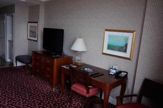 Hilton Lac-Leamy: Desk and TV