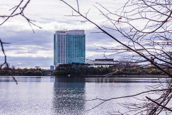 Hilton Lac-Leamy : Across the Lake