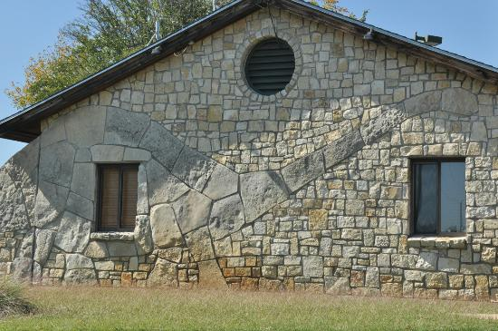 Dinosaur Valley State Park: An apatosaurus outline was cleverly incorporated into the park headquarters building.