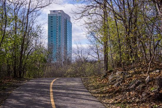 Hilton Lac-Leamy : View from the Trail