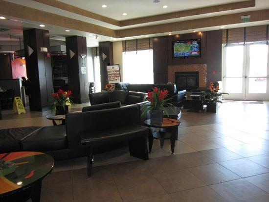 Holiday Inn & Suites Waco Northwest: Lobby area ... modern, clean, with decor