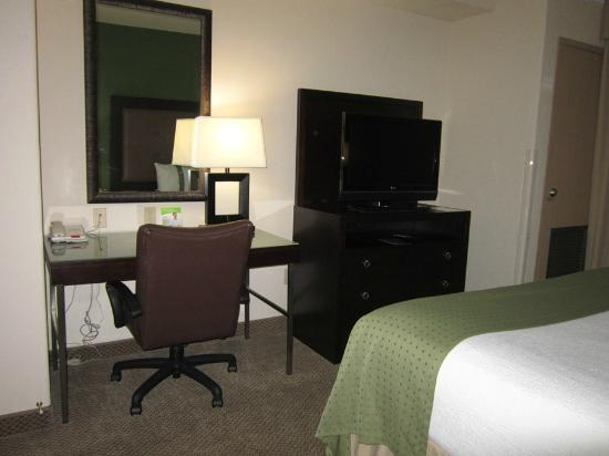 Holiday Inn & Suites Waco Northwest: TV and desk area