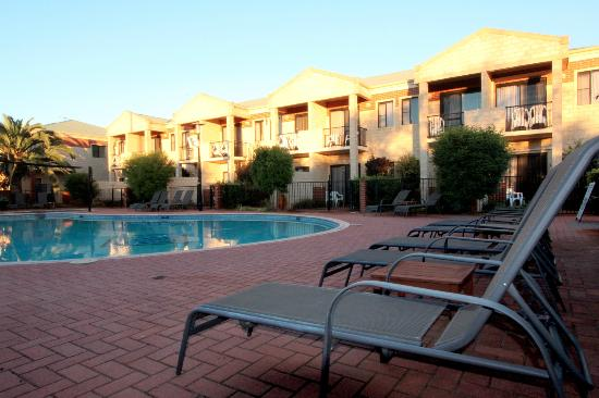 Country Comfort Inter City Hotel: Pool area