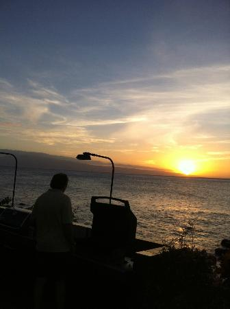 Mahina Surf: Where the boys bbq'd every night! Watching the turtles swimming in the surf.
