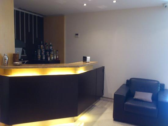 Best Western Suites & Residence Hotel: reception area/bar counter