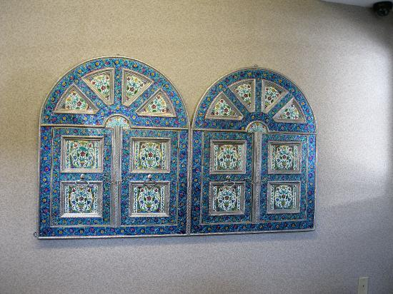 Comfort Inn Portland: Decorative art tiles brought from India, lobby and breakfast area