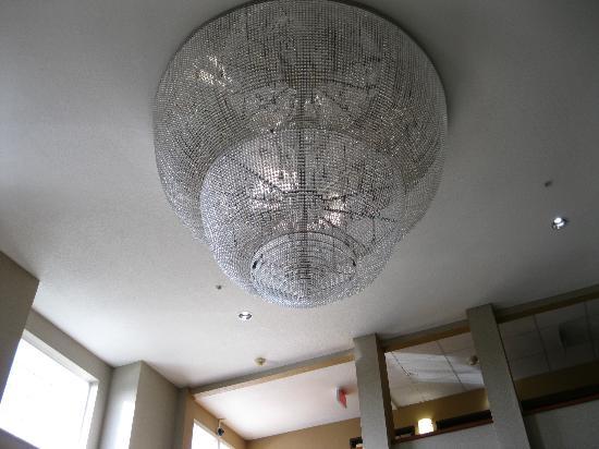 Comfort Inn Portland: Giant Chandelier in lobby atrium