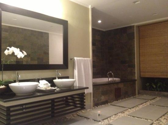The Kunja Villas & Spa: حمام لغرفة النوم الرئسيه