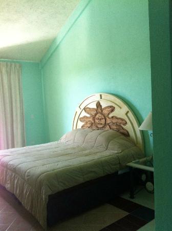 ماريزول بوتيك هوتل: Room had carved wood headboard 