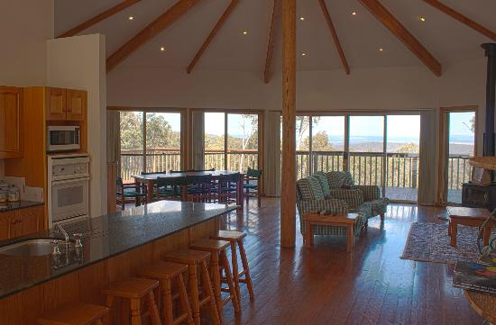 Eaglereach Wilderness Resort: Lounge area & Kitchen
