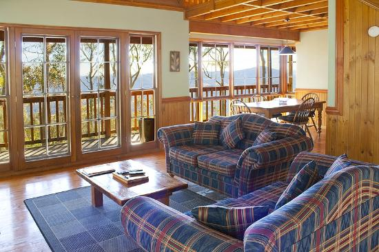 Eaglereach Wilderness Resort: Lounge area with views