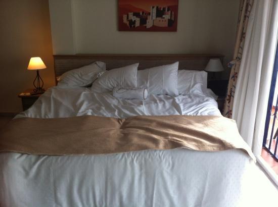 stor seng stor seng med MASSE puter :)   Picture of Sahara Sunset Club by  stor seng
