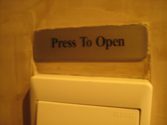Focaccia - Hyatt Regency Dubai : to restroom, press to open