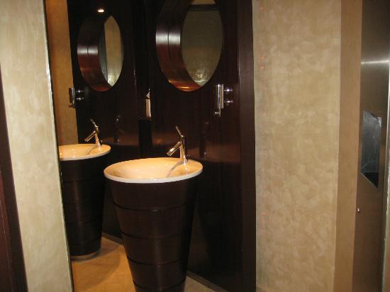 Focaccia - Hyatt Regency Dubai: nice restroom