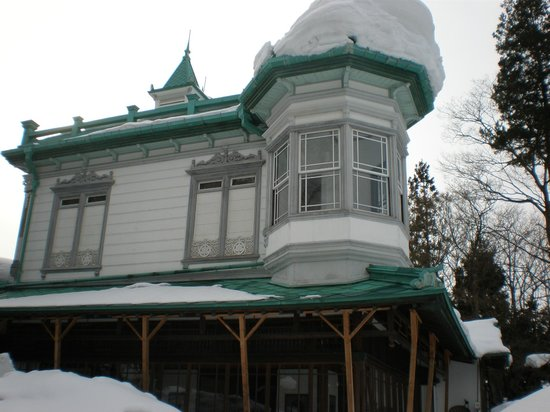 雪に埋もれた盛美館の2階。