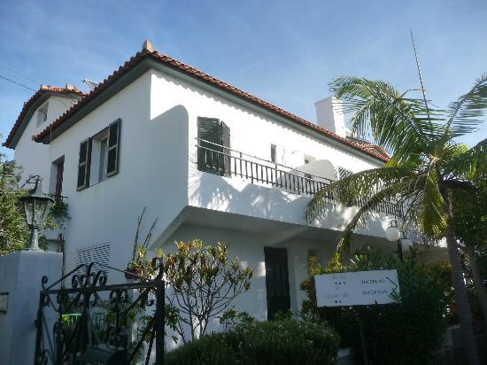 Estalagem Monte Verde & Melba: L'hôtel et notre chambre(volets ouverts et à demi fermes côté balcon)